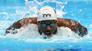 Mehdy Metella et ses coéquipiers du 4x100 mètres 4 nages sont qualifiés pour la finale aux Championnats d'Europe. (ATTILA KISBENEDEK / AFP)