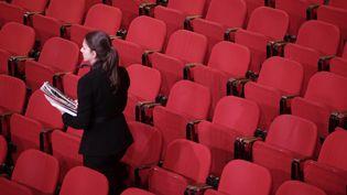 Une ouvreuse dans un théâtre parisien. Photo d'illustration. (VINCENT ISORE / MAXPPP)