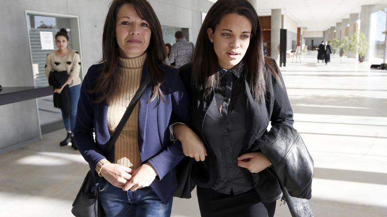 Manon Serrano et sa mère Sophie Serrano quittent le palais de justice de Grasse(Alpes-Maritimes), le 2 Décembre 2014 (VALERY HACHE / AFP)