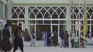 Deshabitants devantune mosquée chiite de Kandahar (Afghanistan), où des explosions ont eu lieu le 15 octobre 2021. (JAVED TANVEER / AFP)