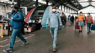 Des usagers sortent d'un train en gare Saint-Lazare, le 9 mai 2020 à Paris. (KARINE PIERRE / HANS LUCAS / AFP)