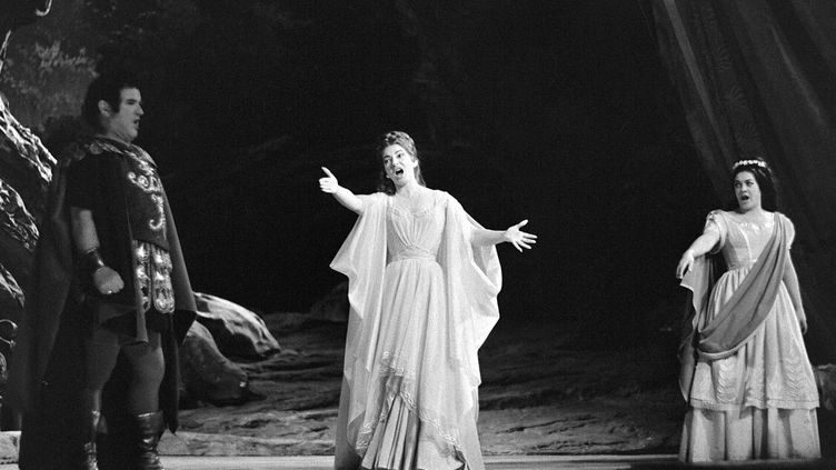 La cantatrice Maria Callas à l'opéra de Paris, le 23 mai 1964. Elle est accompagnée de la cantatrice Julietta Simionato et du ténor Franco Corelli (AFP)