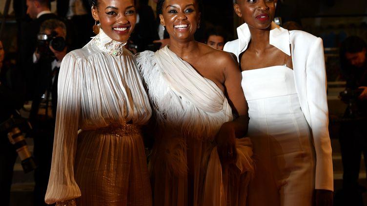 La réalisatrice kényane Wanuri Kahiu, entourée par les actrices Sheila Munyiva et Samantha Mugatsia, pour la projection du film Rafiki à Cannes, le 9 mai 2018 (MUSTAFA YALCIN / ANADOLU AGENCY)