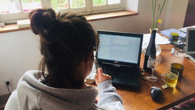 Une jeune femme devant Skype à l'heure du confinement à cause du coronavirus (illustration). (LUDOVIC PAUCHANT / RADIO FRANCE)