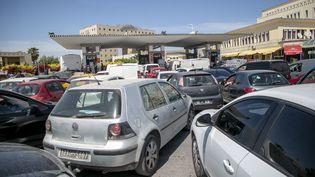 """Des voitures font la queue dans une station service à Tunis (photo prise le 2 mai 2019). La dernièrehausse des prix de l'essence remonte au 31 mars. La mesure estprise en raison""""au vu de l'augmentation continue des prix du pétrole et ses dérivés sur le marché mondial"""", a expliqué le gouvernement. (AFP - YASSINE GAIDI / ANADOLU AGENCY)"""