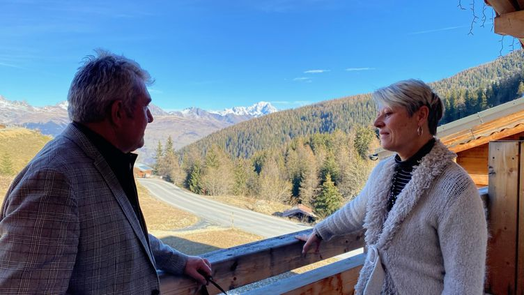 Régis et Corinne Michelas, propriétaires de l'hôtel Cocoon, à la Plagne. (BORIS LOUMAGNE / RADIO FRANCE)