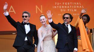 Les membres du jury Pawel Pawlikowski, Elle Fanning, Alejandro Gonzalez Inarritu, et Maimouna N'Diaye saluent la foule lors de la cérémonie de clôture du 72e festival de Cannes, le 25 mai 2019. (MUSTAFA YALCIN / ANADOLU AGENCY)