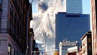La tour sud du World Trade Center s'effondre après avoir été percutée par un avion, le 11 septembre 2001, à New York (Etats-Unis). (AARON MILESTONE / AFP)