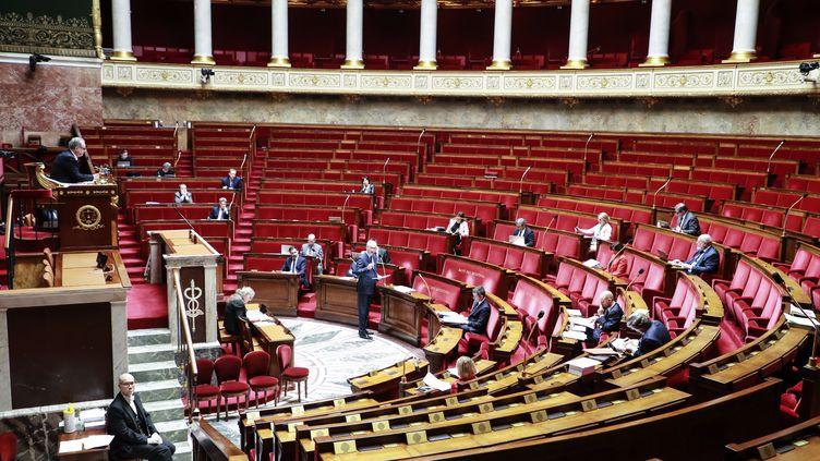 Le ministre de l'Economie s'adresse aux députés réunis en session réduite en raison de l'épidémie de coronavirus, le 19 mars 2020, à l'Assemblée nationale à Paris. (LUDOVIC MARIN / AFP)