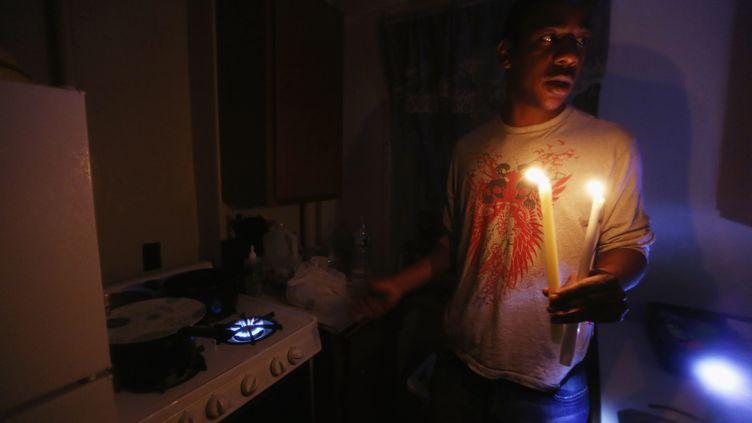 Dans certains quartiers de New York, les habitants n'ont toujours pas retrouvé l'électricité le 1er novembre 2012 après le passage du cyclone Sandy. (MARIO TAMA / GETTY IMAGES NORTH AMERICA / AFP)