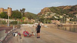 Pour faire face au pic de chaleur, une poignée d'habitués s'adonne à une baignade matinale sur la plage de Théoule-sur-Mer (Alpes-Maritimes). (CAPTURE D'ÉCRAN FRANCE 2)