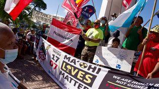 """Des milliers de Polynésiensmanifestent afin que la France reconnaisse sa """"faute"""" dans les essais nucléaires réalisésdans la région de 1966 à 1996, le 17 juillet 2021 à Papeete (Tahiti). (SULIANE FAVENNEC / AFP)"""