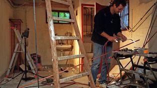 La profession de plombier peut bénéficier des nouvelles idées de l'État. Photo d'illustration. (DIDIER PALLAGES / AFP)
