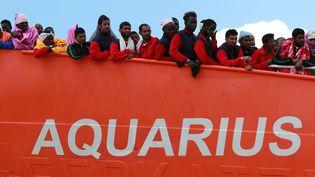 """Des migrants secourus à bord du navire humanitaire """"Aquarius"""", le 26 mai 2017, dans le port de Salerne, en Italie. (CARLO HERMANN / AFP)"""