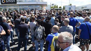 Des employés et syndicats de Smart devant l'usine Smart à Hambach, lors d'un conseil économique et social,le 9 juillet 2020. (JEAN-CHRISTOPHE VERHAEGEN / AFP)