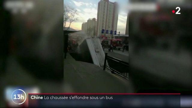Chine : la chaussée s'effondre sous un bus