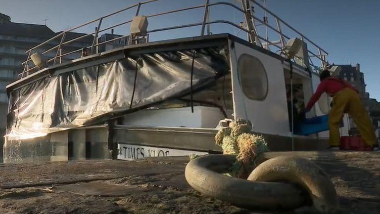 La première manifestation visible du Brexit s'observe dans le secteur de la pêche. Le gouvernement de l'île Anglo-Normande de Guernesey interdit temporairement aux pêcheurs français de s'approcher de ses côtes depuis le 1er février. (France 2)