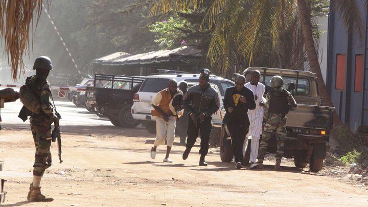 (Evacuation aux abords de l'hôtel Radisson Blu de Bamako, ce matin. © Harouna Traore/AP/SIPA)