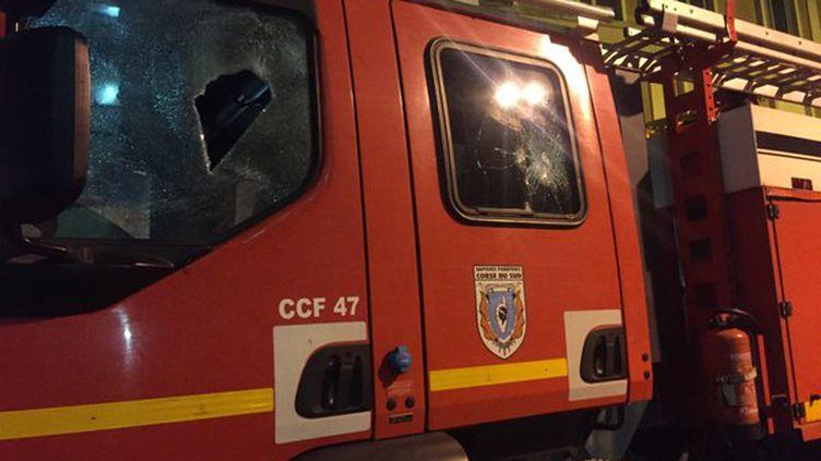 Un camion de pompier touché par des jets de pierres, à Ajaccio (Corse du Sud), dans la nuit du 24 au 25 décembre 2015. (FRANCE 3 CORSE VIASTELLA)