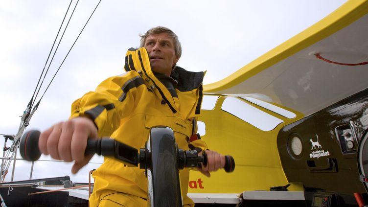 """Le skipper suisse Bernard Stamm navigue à bord de son voilier """"Cheminées Poujoulat"""" le 1er octobre 2012, lors du Vendée Globe. (JEAN-MARIE LIOT / DPPI / AFP)"""