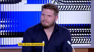 """Antoine Bréard, journaliste indépendant et auteur de """"PSG : 50 ans, 50 moments"""", était l'invité du journal de 23 heures de franceinfo jeudi 23 juillet. (FRANCEINFO)"""
