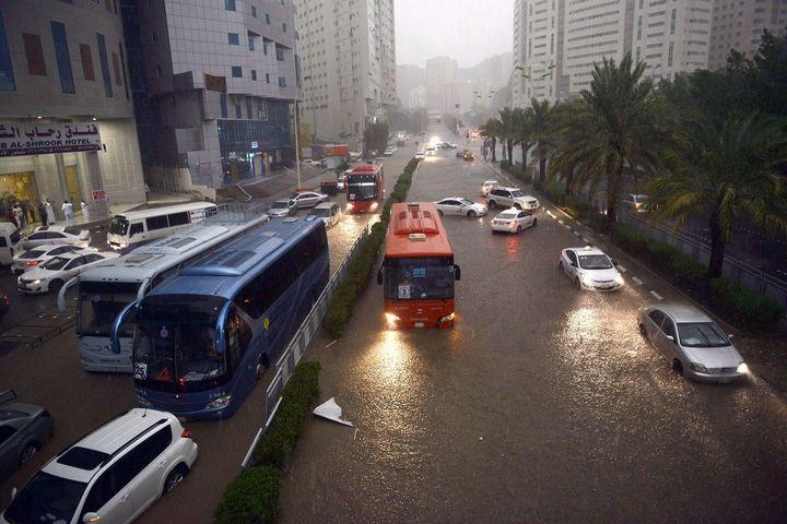 Les rues de La Mecque (Arabie saoudite) ont été submergées par les intempéries. (OZKAN BILGIN / ANADOLU AGENCY / AFP)