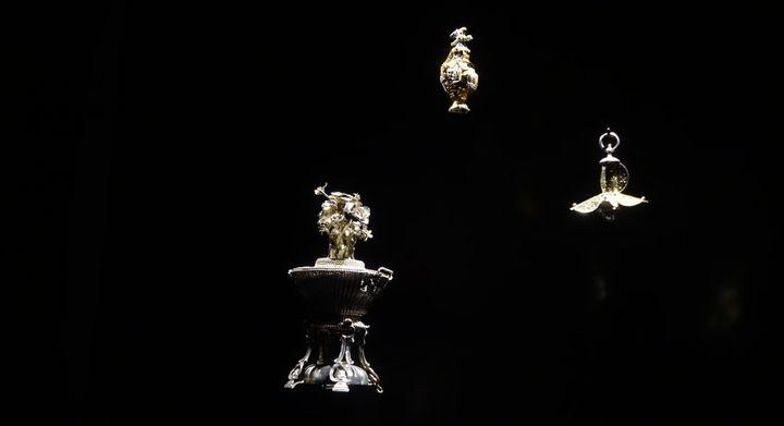 Futur musée du parfum Fragonard, des vitrines présentent les collections d'objets anciens  (Corinne Jeammet)