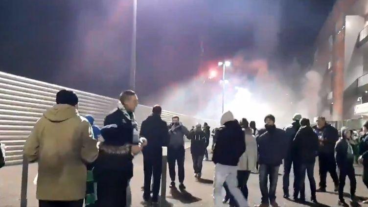 Les forces de l'ordre ont notamment dû tirer des gaz lacrymogènes pour disperser les groupes. (FRANCE BLEU SAINT-ETIENNE LOIRE / RADIO FRANCE)