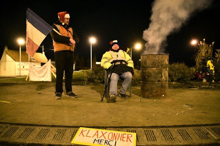 """Des """"gilets-jaunes"""" fêtent le réveillon de Noël sur le rond-point de Somain, dans le Nord de la France. 2018.  (FRANCOIS LO PRESTI / AFP)"""