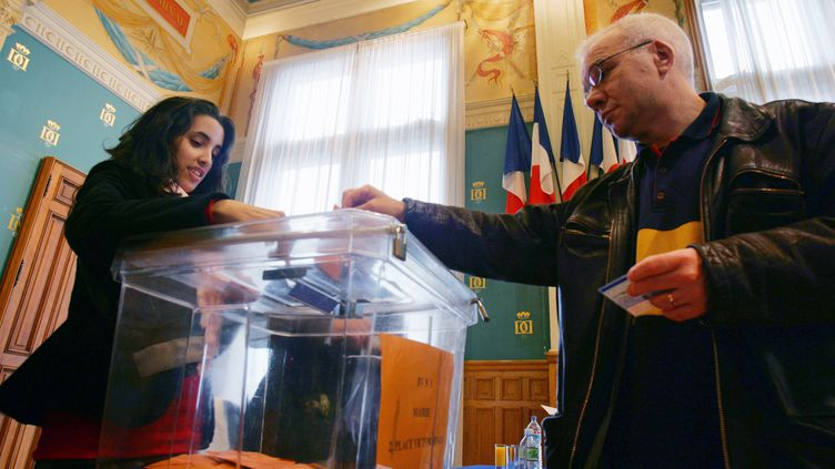Un homme participeau premier référendum local ouvert aux étrangers, et donc illégal, à Saint-Denis (Seine-Saint-Denis), le 26 mars 2006. (JOEL SAGET / AFP)