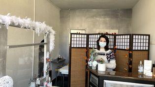 Annie a ouvert il y a cinq ans uninstitut de beauté à Besançon. Avec l'épidémie de coronavirus, elle n'a plus de cliente et doit vivre avec 341 euros par mois. (NOEMIE BONNIN / RADIO FRANCE)