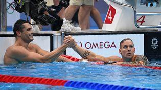 Florent Manaudou avec Caeleb Dressel lors des séries du 50m nage libre, le 30 juillet (JONATHAN NACKSTRAND / AFP)
