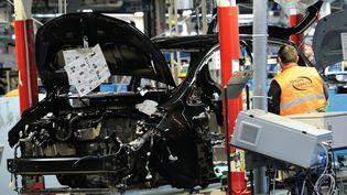 Un employé de Toyota travaillé sur une Yaris, près de Valenciennes (Nord), à Onnaing, le 16 mai 2013. (PHILIPPE HUGUEN / AFP)