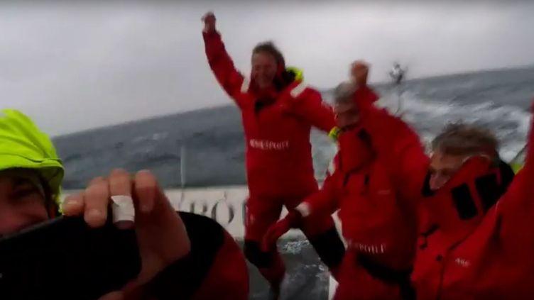 Capture d'écran de la vidéo filmée à bord du trimaran de Francis Joyon lors de leur victoire sur le Trophée Jules Verne, mise en ligne le 26 janvier 2017 sur YouTube. (FRANCIS JOYON / YOUTUBE)