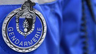 Le badge d'un gendarme lors d'un contrôle routierà Saint-Allouestre (Morbihan), le 1er décembre 2017. (FRED TANNEAU / AFP)