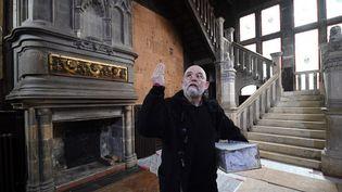 Claude Stefani, conservateur des musées de Rochefort inspecte la maison de Pierre Loti  (XAVIER LEOTY / AFP)