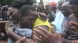 Une mère embrasse sa fille le 25 juillet 2021 après sa libération avec 27 autres élèves suite à leur enlèvement dans un internat dans le nord-ouest de l'Etat de Kaduna, au Nigeria. (AFP)