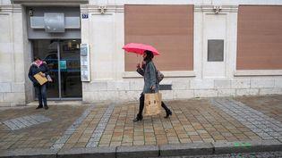 """Avant la manifestation annoncée des """"gilets jaunes"""", samedi 12 janvier, les banques et commerces du centre-ville de Bourges se protègent. (GUILLAUME SOUVANT / AFP)"""