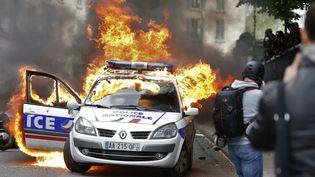 """Une voiture de police avait été incendiée en marge des manifestations de policiers contre """"la haine anti-flic""""en mai 2016. (? CHARLES PLATIAU / REUTERS / X00217)"""