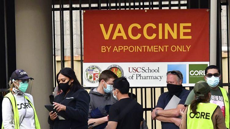 Un centre de vaccination contre le Covid-19, le 12 janvier 2021, à Los Angeles (Etats-Unis). (FREDERIC J. BROWN / AFP)