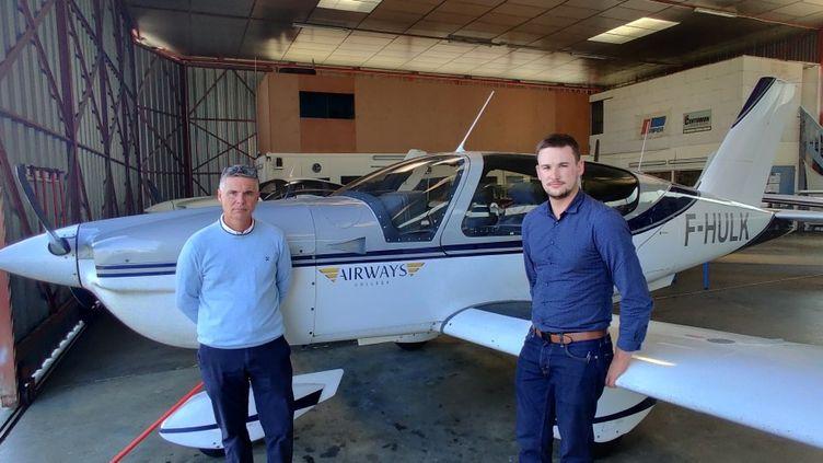 Régis Thurillet, chef pilote et enseignant à l'Airwaves College avec Antonin Oger, élève pilote de 24 ans. (Stephane Iglésis)