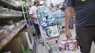 Une opérationremplissage de caddies de produits Lactalis au supermarchéLeclerc de Laval (Mayenne), le 25 août2016. (MAXPPP)