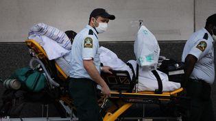 Du personnel soignant prend en charge un patient dans une unité réservée aux malades du Covid-19, le 27 mai 2020 à Linden, dans le New Jersey (Etats-Unis). (SPENCER PLATT / GETTY IMAGES NORTH AMERICA / AFP)