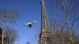 Un drone vole près de la Tour Eiffel à Paris, le 27 février 2015. (photo d'illustration) (DOMINIQUE FAGET / AFP)