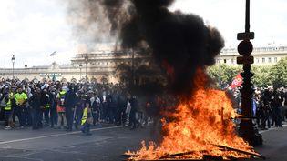 Un feu est allumé en marge de la manifestation des soignants, le 16 juin 2020, à Paris. (ALAIN JOCARD / AFP)