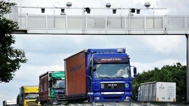 Un camion passe sous un portique écotaxe le 27 juin 2013, sur l'A25, au niveau d'Armentières (Nord). (PHILIPPE HUGUEN / AFP)