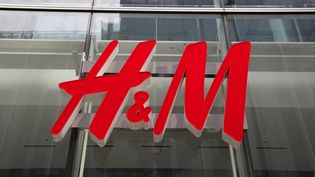 L'enseigne H&M à Tokyo au Japon le 5 mai 2020. (NORIKAZU TATEISHI / YOMIURI / AFP)