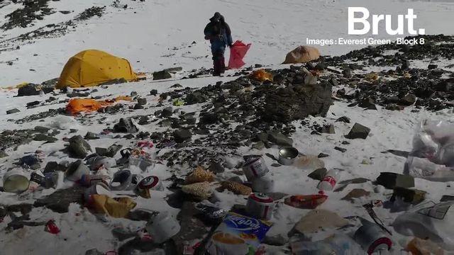 """Prisé par des centaines d'alpinistes chaque année, l'Everest haut de ses 8848 mètres d'altitude est aujourd'hui considéré comme """"le plus haut dépotoir au monde"""". La raison ? La ruée des touristes qui laissent derrière eux de nombreux déchets."""
