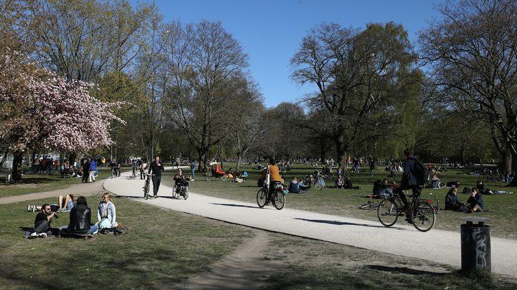 Dans un parc de Berlin (Allemagne), à la veille du début du déconfinement, le 19 avril 2020. (CHRISTIAN MANG / REUTERS)