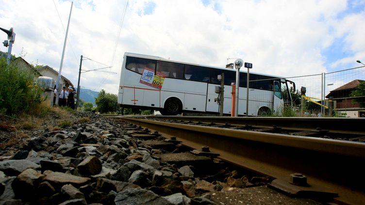 Reconstitution de la collision entre un TER et un bus scolaire, qui avait fait sept mort en juin 2008 à Allinges (Haute-Savoie). ( PIERRE LE MASSON / LA VOIX DU NORD / MAXPPP)